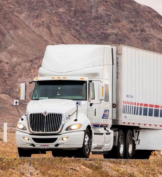 Tractocamión nacional de DLR Autotransporte en la carretera con remolque